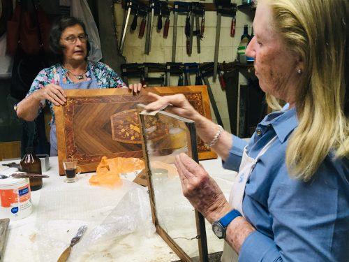 mujeres restauran marcos