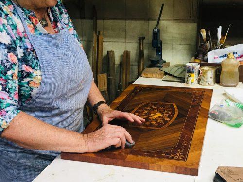 mujer lustra madera enchapada